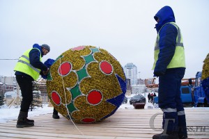 На площади Куйбышева в Самаре установили огромные елочные шары