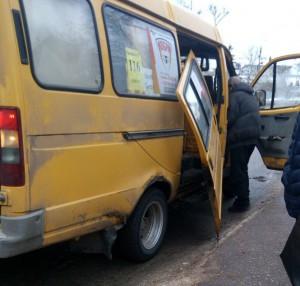 В Сызрани у маршрутки вывалилась дверь во время посадки-высадки пассажиров