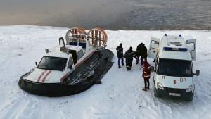 Спасатели эвакуировали из Рождествено и передали врачам женщину с перелом голени