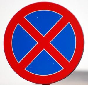Новый стандарт: дорожные знаки будут вешать на здания