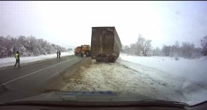 Сызранские инспекторы ДПС вызволили из снежного плена дальнобойщика из Баку, съехавшего в кювет