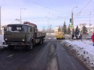 В Самаре под колесами КамАЗа погибла женщина, переходившая дорогу по переходу на зеленый сигнал светофора