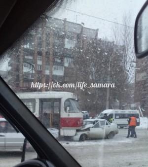 В районе Кировского рынка в Самаре «десятка» въехала под трамвай