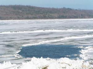 Около Тольятти под лед на Волге провалился снегоход