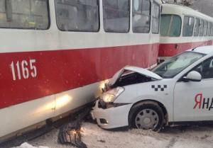 В Самаре на улице Советской таксист залетел под трамвай