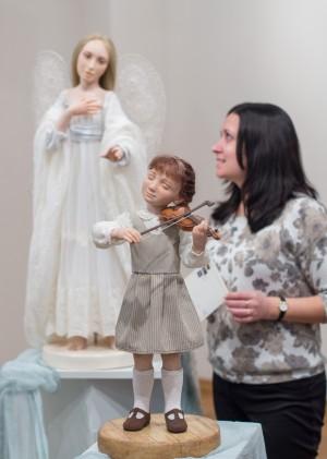 В СОУНБ открылась выставка авторской куклы «Пять историй старого дома»