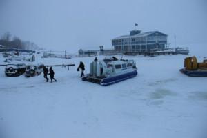 На Васильевских островах в русле Волги лодка и рыбак основательно вмерзли в лед