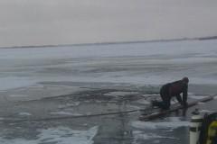 В протоке Ирыкла около острова Нижний из промоины спасатели подняли тело утонувшего рыбака