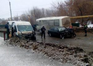 В Сызрани произошло ДТП с микроавтобусом и Nissan Almera