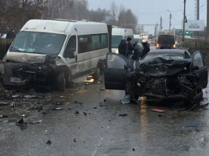 В Сызрани водитель «Nissan» врезался в маршрутный автобус «Citroën» на «встречке»
